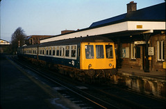 Class 119 DMU @ Reigate, in 1983 [slide 8303] (graeme9022) Tags: uk blue station train grey br cross mechanical diesel country transport rail transportation gloucester western multiple british local passenger 1980s region railways regional unit livery