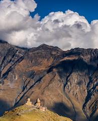 Tsminda Sameba kerk - Gergeti (JacobOtten) Tags: georgië georgia stepantsminda mtskhetamtianeti georgie ge avond kerk wolken church mountain clouds evening