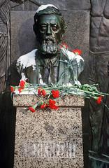 Grabstein Wilhelm Liebknechts (Michael Westdickenberg) Tags: schnee berlin grave sign germany deutschland friedrichsfelde blumen grab büste zentralfriedhof denkmal nelken inschrift wilhelmliebknecht sozialistenfriedhof