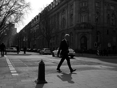 @a corner of Kö, Düsseldorf 2 (Amselchen) Tags: city street streetphotography streetsnap people pedestrians bnw blackandwhite light shadow mono monochrome panasonic germany panasonicdcgx9 lumixgvario1232f3556