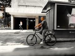 mesmo caminho (lucia yunes) Tags: rua cenaderua fotografiaurbana fotoderua fotografiaderua mobilephotography mobilephoto bicicleta bike cycling streetscene streetphotography streetlife streetshot lifeinstreet motozplay luciayunes