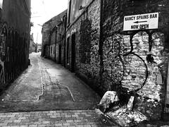 Nancy Spains Bar (Rhisiart Hincks) Tags: blancoynegro arwydd comhartha irlande irlanda dubhisbán ireland éire iwerddon tafarn teachtabhairne bar corcaigh dinas cathair graffiti