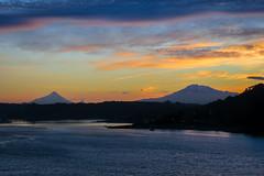Amanecer en Puerto Montt (Rodrigo Maldonado A.) Tags: amanecer volcanes landscape paisajes sur chile colores crepusculo alba sunrice mar sea volcano osorno calbuco puertomontt