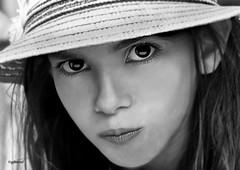 un certain regard 2 (quentinmirabelle) Tags: enfance fillette jeune fille enfant jeunefille chapeau regard yeux noiretblanc blackwhite nikon d5500 monochrome nb bw portrait grosplan fabuleuse