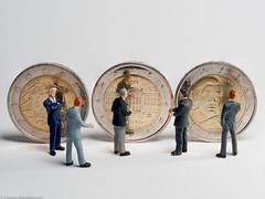 Tiny people - 2 Euro Münzen  gestern und heute (J.Weyerhäuser) Tags: 187 2euromünzen euro geld h0 money preiser tinypeople
