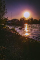 Romantik zum Feierabend (DOKTOR WAUMIAU) Tags: berlin lightroom qx100 sony sonyqx100 treptowerpark plänterwald spreetours alexander sundown dawn sunset sunlight backlit afternoon