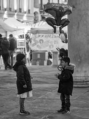 Diventiamo amici? (Riccardo Palazzani - Italy) Tags: sanfaustino brescia concorsomuseo couple children ballon friendship
