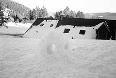 igloo avec fenêtres ! (JJ_REY) Tags: vosges montagnes mountains hiver winter neige snow bw film rollei superpan200 minolta alf rangefinder