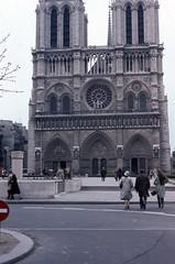 Notre-Dame de Paris (triebensee) Tags: nikon fm nikkor 50mm f14 epsonv700 paris kodachrome 1982