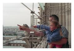 (Jordane Prestrot) Tags: ♌ jordaneprestrot paris notredamedeparis architecture arquitectura film argentique analog película filmisnotdead portrait retrato streetphotography child enfant niña