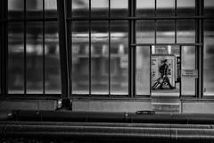 Auf der Reise (Deinert-Photography) Tags: streetfotografie cityschlachte hauptbahnhof deutschland flickr street schwarzweiss fujifilmx100f schwarzweis bremen blackwhite deinert mann fusgänger citylife bahnhof hb hansestadt man streetart streetphoto streetphotography ubanphotography urban railwaystation