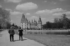Promenade au parc du château... (OGNB) Tags: canon6dmarkii bw nb landscape paysage architecture people woman man femme homme castle château