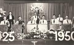 Gorinchemse scheidsrechtersvereniging jubileum 15 april 1950 (1925 - 1950) - Optreden Rambling Moochers (Barry van Baalen) Tags: gorinchem gorcum gorkum jubileum scheidsrechtersvereniging 1950 ramblingmoochers orkest muziek band groep group stadswapen knvb