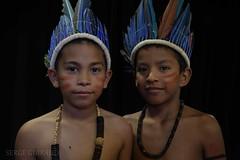 Satere Mawe (pguiraud) Tags: sateremawe amrindiens indiensdamazonie indiens indios amazonie amazone amazon amazonia tribus tribes povosindigenas sergeguiraud jabiruprod brésil brasil brazil portrait coiffeindienne coiffe enfants southamerica amériquedusud ethnic ethnies
