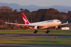 Qantas Airbus A330 (Daniel Talbot) Tags: a332 akl airbus airbusa330200 auckland aucklandairport aucklandregion nzaa newzealand northisland qantas teikaamāui vheba aircraft airplane airplanes airport autumn aviation evening maker oceania plane season seasons transportation