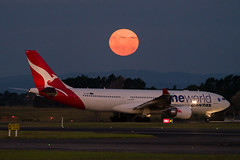 Qantas Airbus A330 (Daniel Talbot) Tags: a332 akl airbus airbusa330200 auckland aucklandairport aucklandregion nzaa newzealand northisland oneworld qantas speciallivery teikaamāui vhebv aircraft airplane airplanes airport autumn aviation evening fullmoon lunar maker moon oceania plane season seasons space transportation