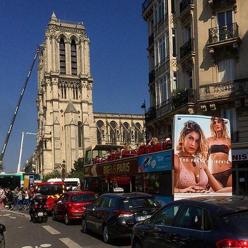 😕 #Notredame #notredamedeparis #abaslapub #advertising #tw