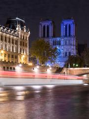 Notre-Dame (Yann OG) Tags: paris parisien parisian france french français notredame cathédrale église church nuit night poselongue longexposure spectacle notredamedecoeur seine bateau boat illuminations 50mm
