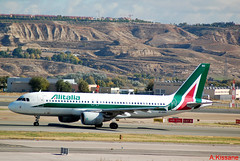 ALITALIA A320 EI-DSU (Adrian.Kissane) Tags: alitalia madrid a320 eidsu 6112018 3563 airbus aeroplane spain taxing
