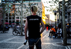 Message (graveur8x) Tags: man candid street portrait back sunset city punk againstthesystem fickdich fichdick beer germany frankfurt people outside outdoor alcohol contrast urban strase streetphotography colours colors downtown deutschland bottle bier sony sonya7iii sonyfe50mmf18 50mm prime