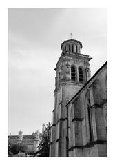 Église Saint-Sulpice de Pierrefonds (DavidB1977) Tags: france picardie hautsdefrance oise pierrefonds monochrome bw nb fujifilm x100f église clocher château