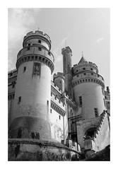 Le château de Pierrefonds - Oise (DavidB1977) Tags: france picardie hautsdefrance oise pierrefonds monochrome bw nb fujifilm x100f château