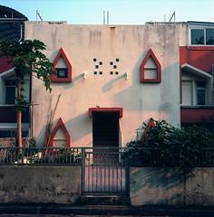 expressive house (Vinzent M) Tags: 坪洲 peng chau hong kong 香港 zniv tlr rollei rolleiflex 35 zeiss planar kodak ektar