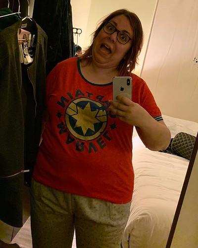 enamorada de mi nuevo pijama de #CaptainMarvel (y el pantalón tiene bolsillos!!!)… hoy en la Disney Store he arrasado yo, con esto y una camiseta de Avengers que estrenaré el jueves (y no descarto ponerme la camiseta del pijama para la sesión del viernes…