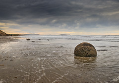 The strange formation of Moeraki boulders - Otago Peninsula - New Zealand (Valentin.LFW) Tags: newzealand nouvellezeland south hemisphere photographer photography canon aotearoa birds wildlife landscape auckland