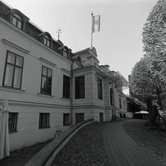 Berlin Schloss Britz 21.4.2019 (rieblinga) Tags: berlin neukölln britz schloss rittergut herrenhaus vorderansicht 2142019 analog rollei 6008 ilford fp4 sw adox rodinal 150