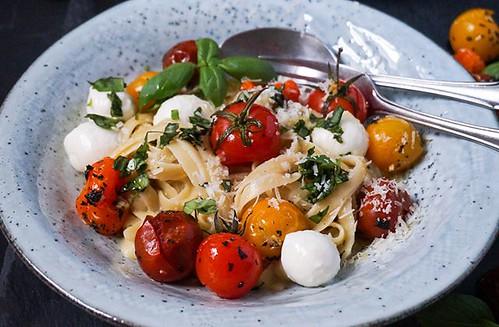 Nach den Feiertagen gibt es heute ein leichtes Gericht: Pasta Carbonara. Jaa, das geht auch in einer Light-Variante: Mit gerösteten Ofentomaten und Mozzarella. 🍅😍 Schmeckt mir persönlich sogar besser als das Original.