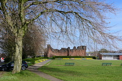 Penrith Castle & Bowling Green [1] (Ian R. Simpson) Tags: vowlinggreen hedge flowerbeds flowers plants benches seats gardens park castlepark penrithcastle castle ruins building architecture penrith cumbria england tree pavillion