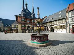 Wernigerode - Markt, Wohltäterbrunnen und Rathaus (Corno3) Tags: gx80 laowa75f2 architektur fachwerk harz wernigerode landkreiswernigerode sachsenanhalt deutschland