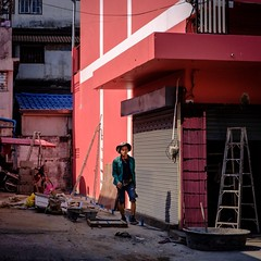 Fuji color by Lightroom CC (Mat Mayer) Tags: pink peach velvia fujifilm working worker building streetphotography streetshot 7artisans35mmf12 streetpassionaward