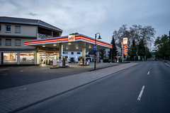 Tankstelle II (graufuchs) Tags: europa europe germany deutschland rösrath hoffnungsthal nordrheinwestfalen abend lichter strase tankstelle beleuchtung fuji fujifilm xh1 fujifilmxh1 fujinon fujinon16mmf28 lightroom lr