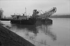 Big machine on Danube (lumpy79) Tags: praktica mtl5 helios44m 258 ilford hp5 400 1600 big machine danube feketefehér blackandwhite bw budapest duna