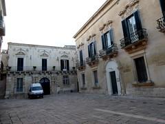 Lecce (Apulia-Italia). Placita de Ignazio Falconieri, con el palacio Falconieri al fondo (santi abella) Tags: lecce apulia puglia italia heráldica escudos