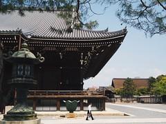 知恩院(Kyoto Japan ) (Wan.L) Tags: buddhism 佛教 m43 penf olympus streetphoto streetphotography streetview street man view japan kyoto kansai temple オリンパス 寺 日本 知恩院 京都