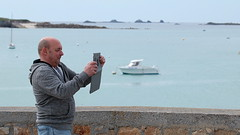 Camera man (patrick_milan) Tags: tablette tablet man smile portrait candide