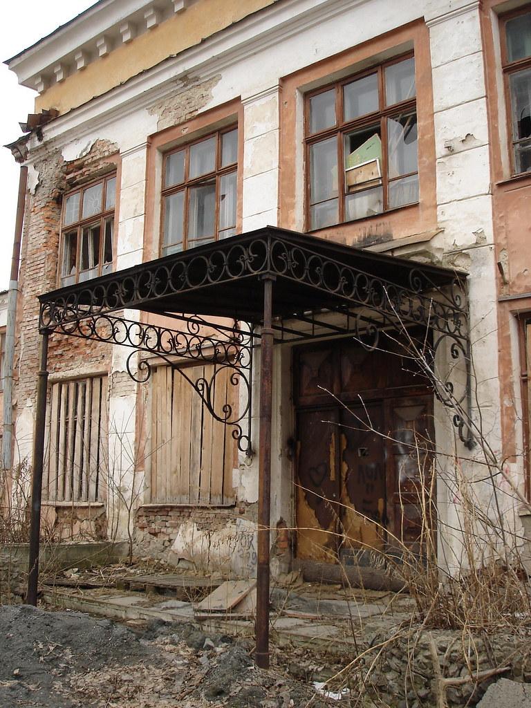 фото: Козырёк заброшенной школы