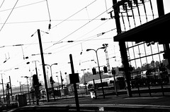 ...en gare de Strasbourg  - ... In station of Strasbourg (Philippe Haumesser (+ 8000 000 view)) Tags: railway lines sky urbex gare train station strasbourg alsace elsass france basrhin 67 noiretblanc blackandwhite monochrome nikond7000 nikon d7000 reflex 2018 lignes ciel bâtiment chemindefe
