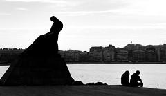 Pensamientos opuestos. (Ricardo Pallejá) Tags: street sombras shades silueta nikon d500 calle contraste catalunya catalonia cataluña urbana urban urbanexploration turismo travel tarragona salou mar blancoynegro bw blackandwhite sea beach new