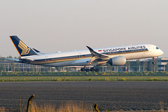 9V-SMH, Airbus A350-941, Singapore Airlines (Freek Blokzijl) Tags: 9vsmh airbus airbusa350 a350941 widebody arrival aankomst landing earlymorning sunrise singaporeairlines racoon twinjet kaagbaan wetrunway rwy06 flaring amsterdamairport schiphol eham ams planespotting vliegtuigspotten spottersplaats canon eos7d 70200l28isusm april2019 spring