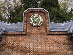 Four minutes past six. (Rudike) Tags: niederlande zeit time clock hpberlage nederland architectuur jachtslot kröllermüller dehogeveluwe tijd klok jachthuissinthubertus otterlo berlage