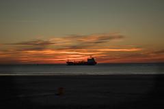 #280419 - Sobre la mar II (RomxnJota) Tags: sunset puesta de sol sun sunlight mar tierra playa beach sea nature arena sand barco boat naturaleza sky cielo nubes cloudy day mediterráneo paisaje plata grey gris 1855mm canon 77d