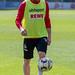 1. FC Köln Fußballspieler Florian Kainz beim Fußballtrainings mit Derbystar-Ball