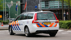 Dutch police Volvo V70 (Dutch emergency photos) Tags: politie police polizei polit politi politiet polis polisi polisie polisia policia politia polizia polizi polizie policie polici politievoertuig policevehicle policevehicles politievoertuigen vehicle vehicles voertuig voertuigen 999 911 112 nederland nederlands nederlandse netherlands netherland dutch emergency photo photos foto fotos canon eos 70d 70 d blauw licht blue light lightbar lichtbalk lichtbak amersfoort midden middennederland traffic trafficpolice verkeer verkeers verkeerspolitie volvo v v70 hcb2 633 8svr28