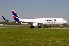N534LA, Boeing 767-316F (ER), LATAM Cargo Chile (Freek Blokzijl) Tags: n534la boeing boeing767 767f freighter cargo vrachtvliegtuig latam taxibaan taxien taxiwayv arrival aankomst namiddag afternoon eham ams amsterdamairport schiphol haarlemmermeer netherlands planespotting vliegtuigspotten spotterpoint canon widebody eos7d 70200l28isusm springtime april2019