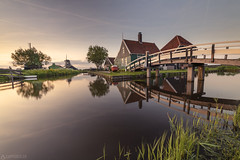 Sunset - Zaanse Schans (Captures.ch) Tags: aufnahme capture baum fluss gras himmel lake landscape landschaft river road sky strasse street tree wasser water windmill windmühle holland netherland niederlande zaanseschans frühling spring abend abenddämmerung evening dusk sonnenuntergang sunset clear klar
