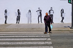 19043361 (felipe bosolito) Tags: man crossing mural green street streetphotography fuji xpro2 xf1655 velvia
